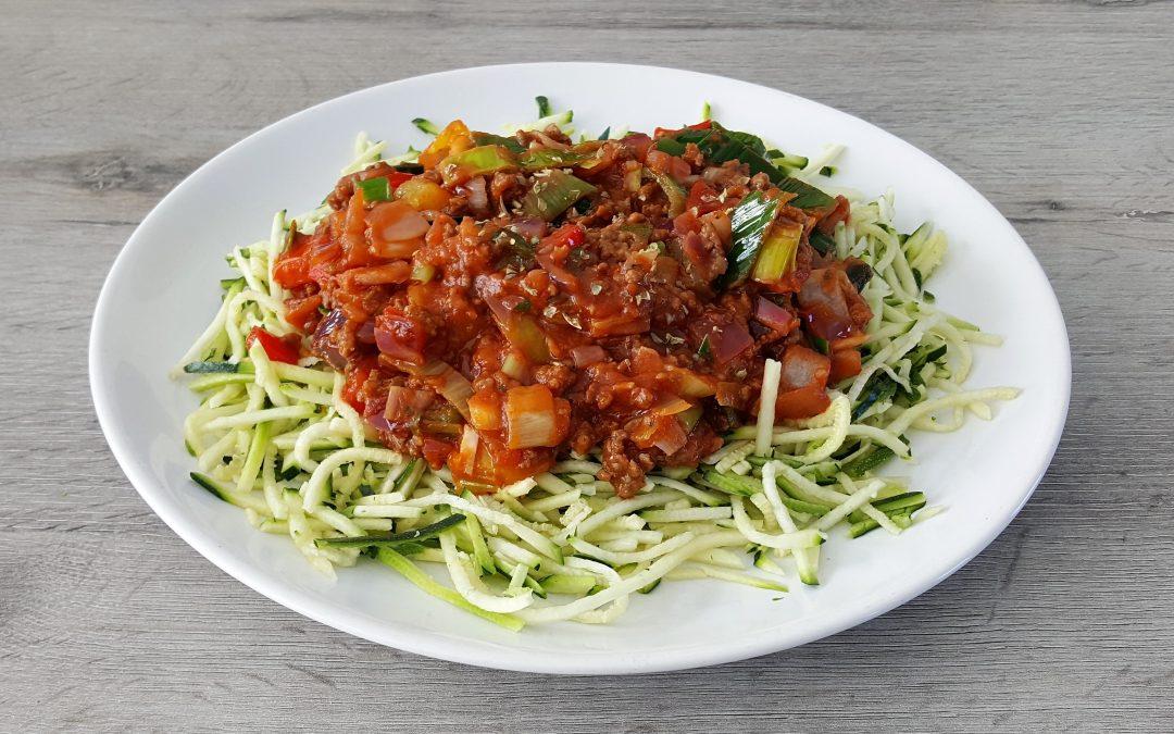 Courgette pasta met tomatengehaktsaus